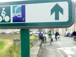 Panneau de signalisation directionnelle dans la Loire