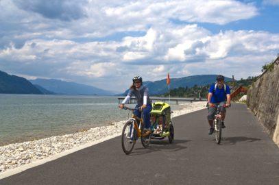 La véloroute du Grand Lac, V63, à fleur d'eau, longe le lac du Bourget
