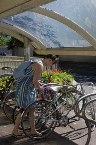 Reportage sur des cyclistes en milieu urbain destiné à illustrer une plaquette sur le nouveau schémadépartemental vélo routes - voies vertes.Reportage à Chatou
